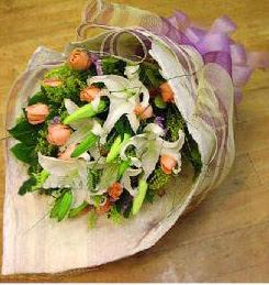 Samsun kaliteli taze ve ucuz çiçekler  11 ADET GÜL VE 1 ADET KAZABLANKA