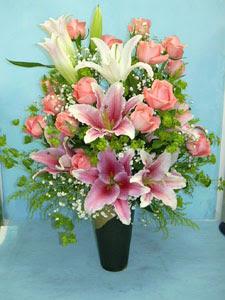 Samsun kaliteli taze ve ucuz çiçekler  cam vazo içerisinde 21 gül 1 kazablanka