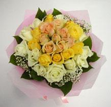 sari ve beyaz gül karisimda   Samsun anneler günü çiçek yolla
