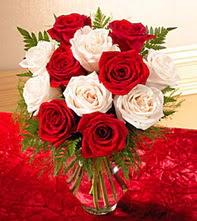 Samsun çiçek yolla  5 adet kirmizi 5 adet beyaz gül cam vazoda
