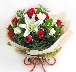 güller ve kazablanklardan görsel bir buket  Samsun kaliteli taze ve ucuz çiçekler