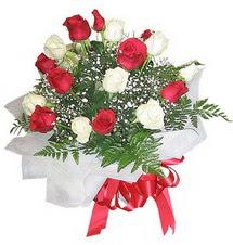 Samsun anneler günü çiçek yolla  12 adet kirmizi ve beyaz güller buket