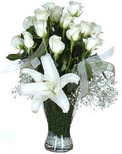 cam içerisinde 11 beyaz gül ve 1 kazablanka  Samsun çiçek mağazası , çiçekçi adresleri