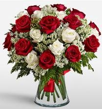 Vazoda 12 kırmızı 12 beyaz gül tanzimi  Samsun çiçek yolla