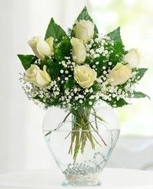 Cam içerisinde 7 adet beyaz gül  Samsun çiçek gönderme sitemiz güvenlidir