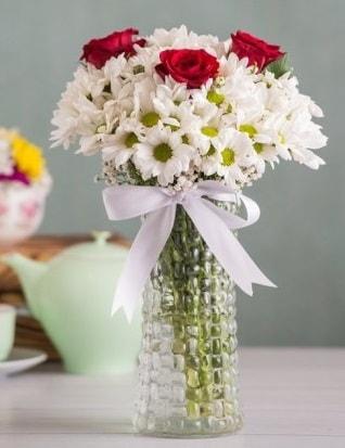 Papatya Ve Güllerin Uyumu camda  Samsun online çiçek gönderme sipariş
